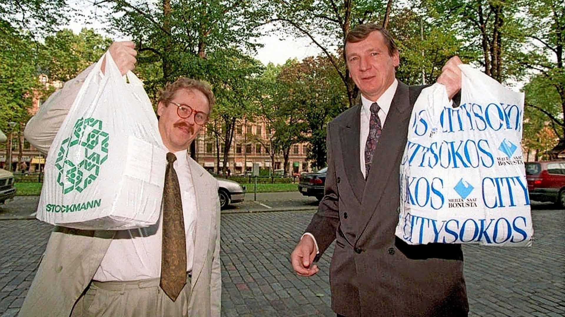 Kari Bärlund ja Raimo Vistbacka kiikuttivat Perussuomalaiset ry:n puoluerekisteriin pääsemiseksi tarvittavat kannattajakortit muovikasseissa oikeusministeriöön vuonna 1995.