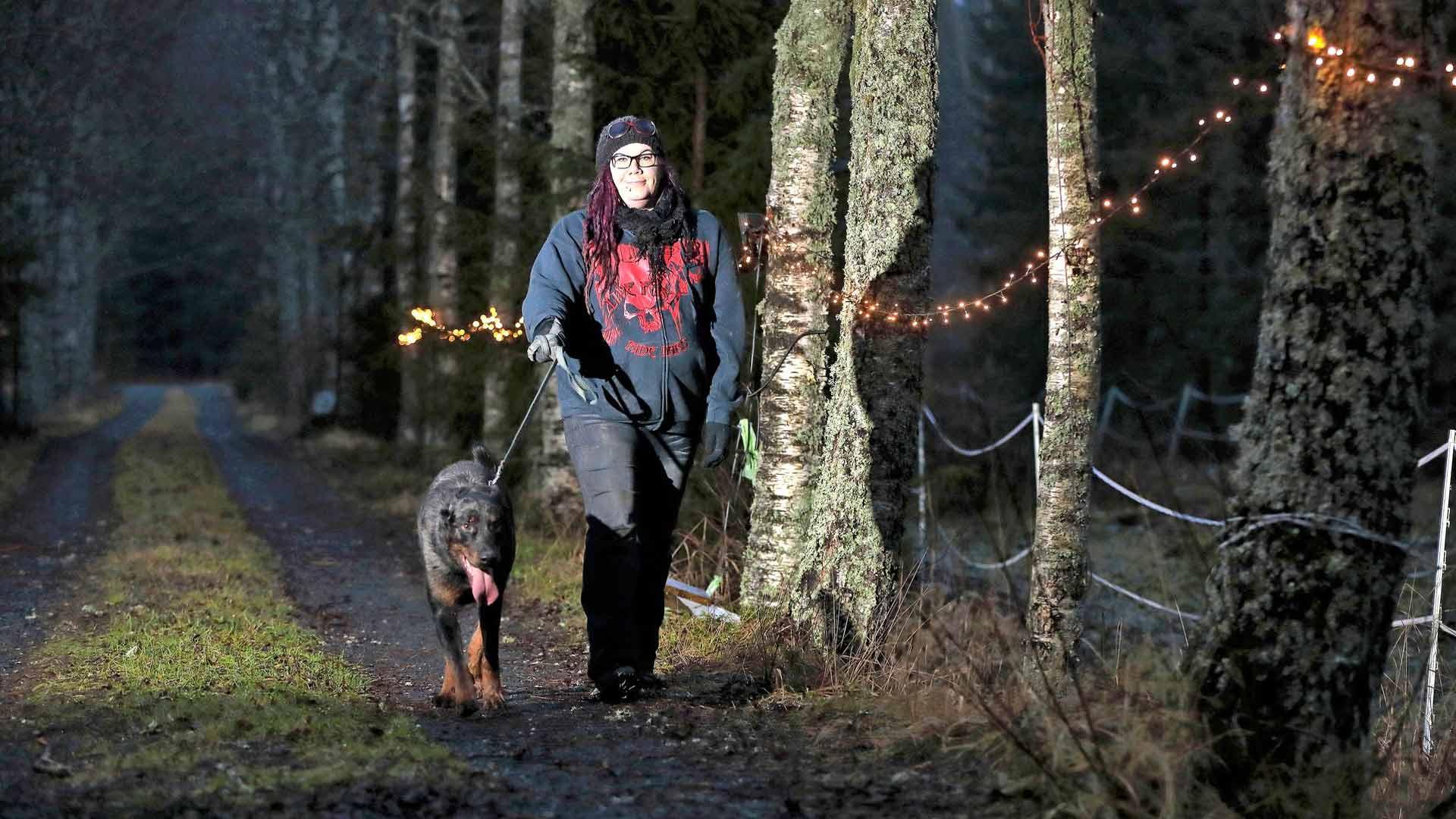 Katja Kuurakorpi ja Caru kävelyllä Merikarvialla Koittankoskella.
