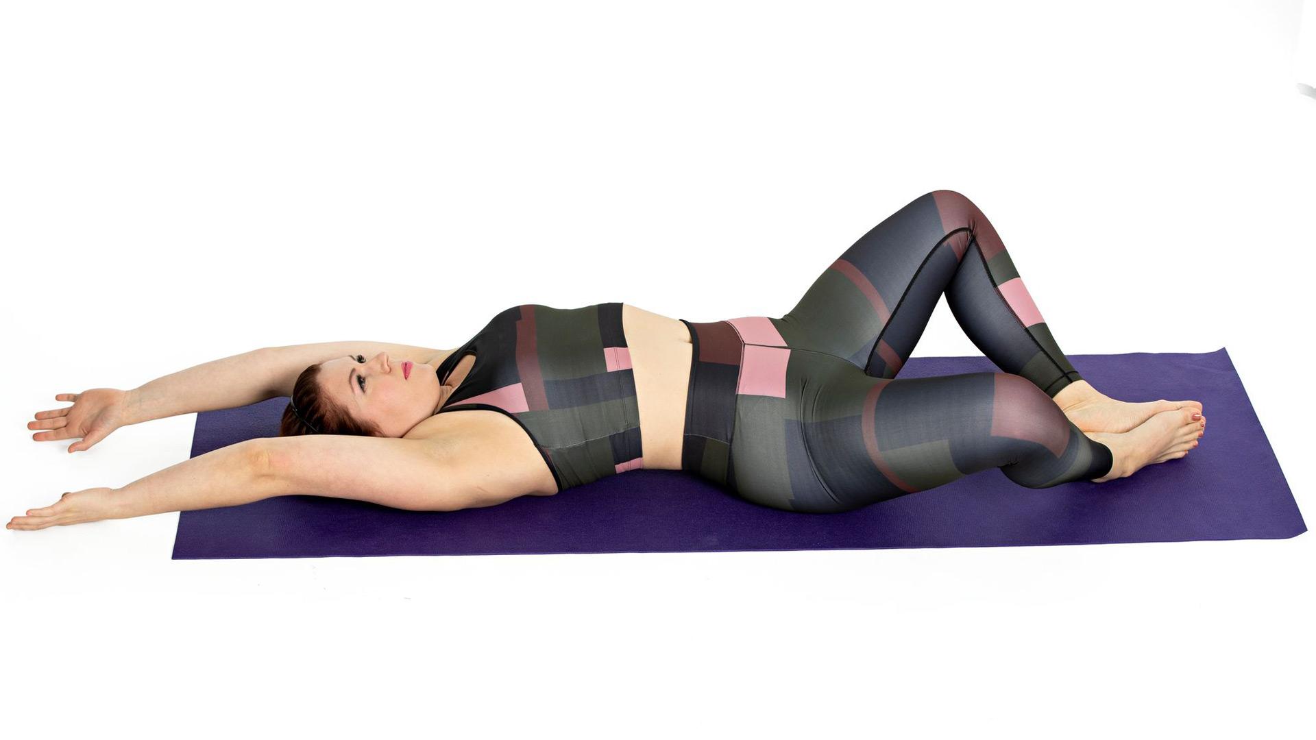 Liu'uta käsiä lattiaa pitkin pään yläpuolelle, anna vatsan pullistua ja rinnan kohota.
