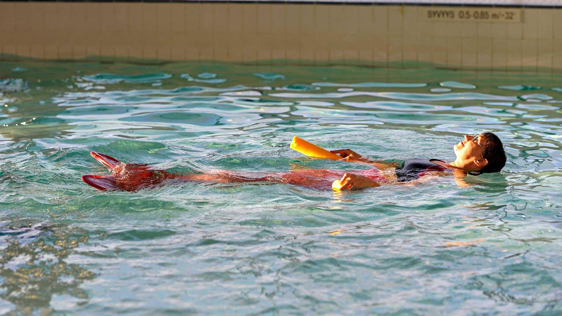 Merenneitouintia kutsutaan myös pyrstöuinniksi. Laji sopii uimataitoisille.