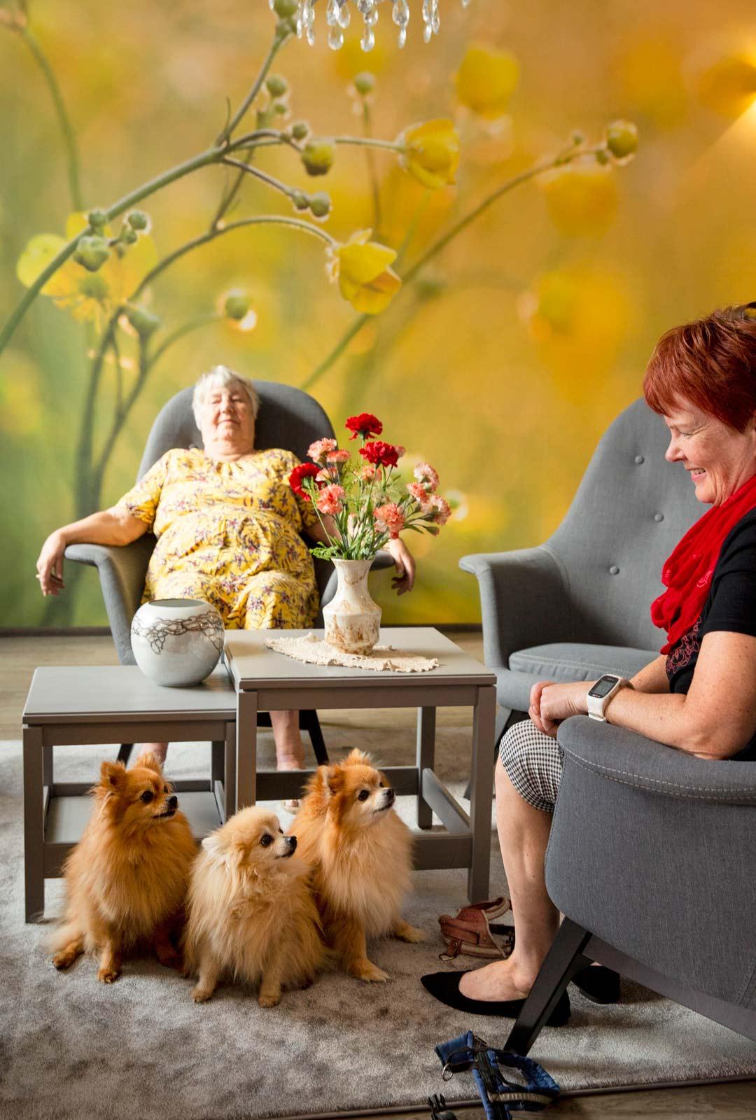 Virkkulankylän asukas Sinikka Rouhiainen sai vieraakseen tyttärensä Kirsi Sauran ja kleinspitz-rodun koirat.