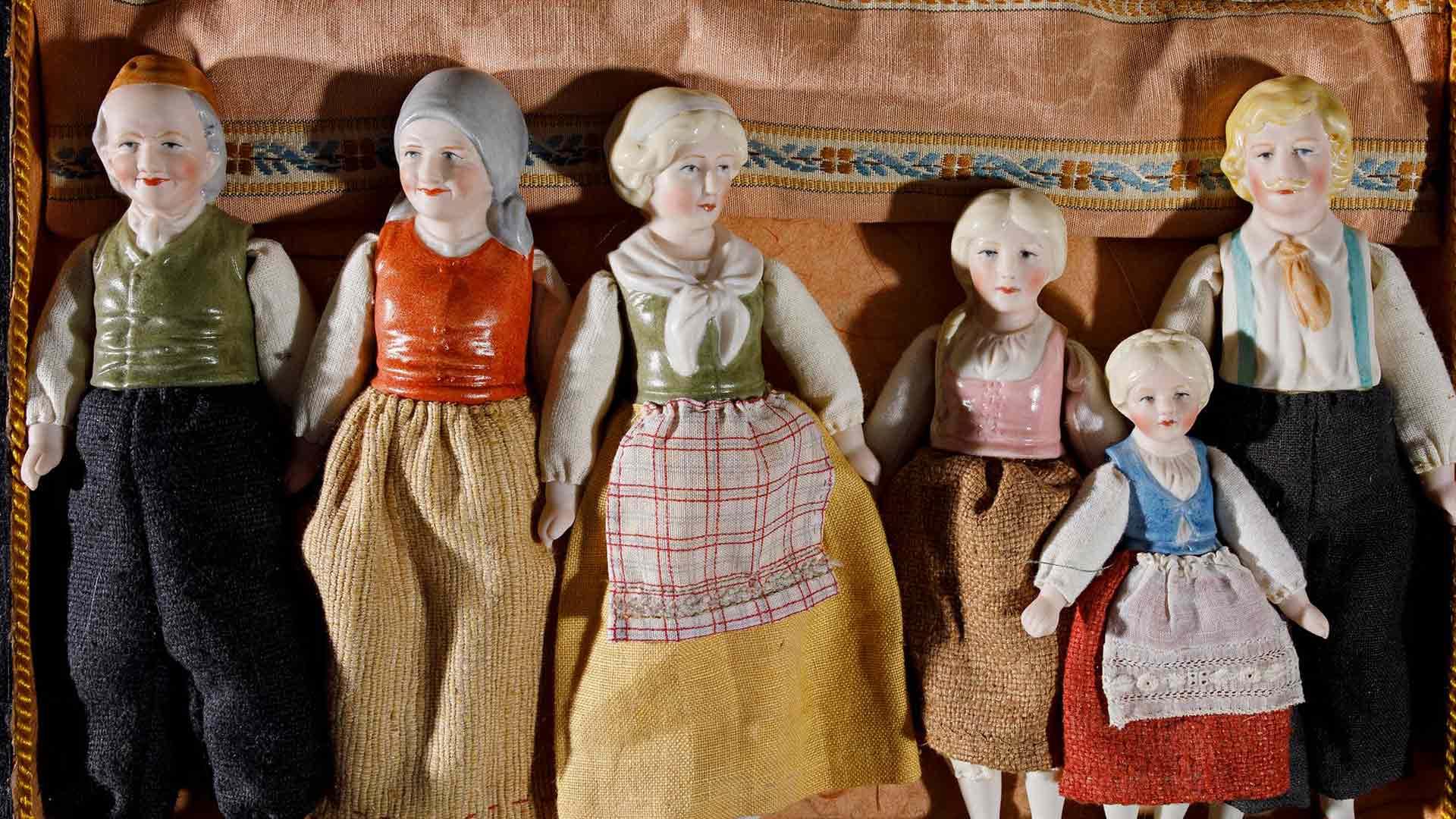 Kangasrasiassa on Lean tekemä saksalainen Farmarin perhe -nukkesarja.