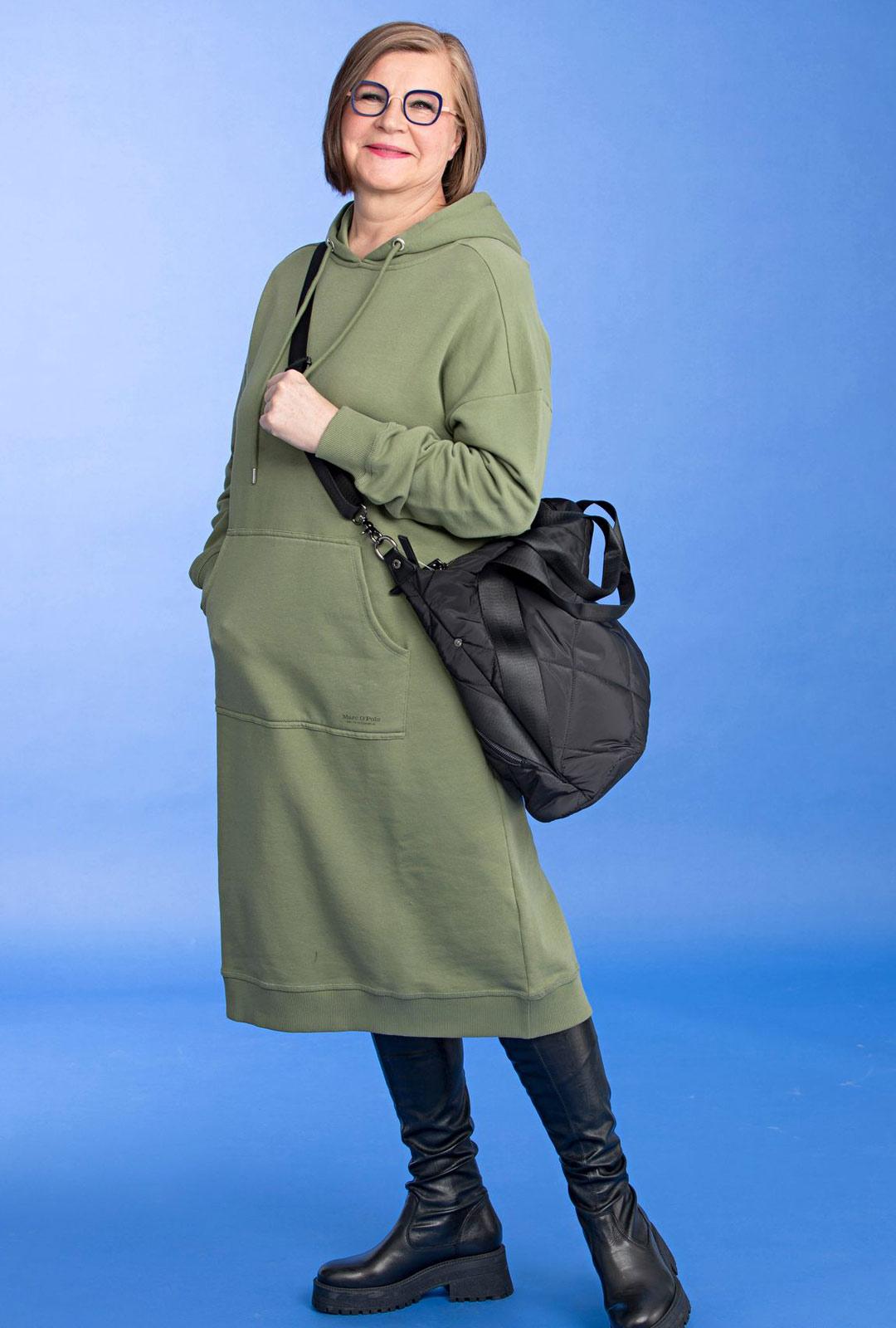 Hupparia saa myös mekon mittaisena. Rento vapaa-ajan vaate on helppo asustaa trikoilla, kapeilla farkuilla tai ylipolven ulottuvilla ronskeilla saappailla.