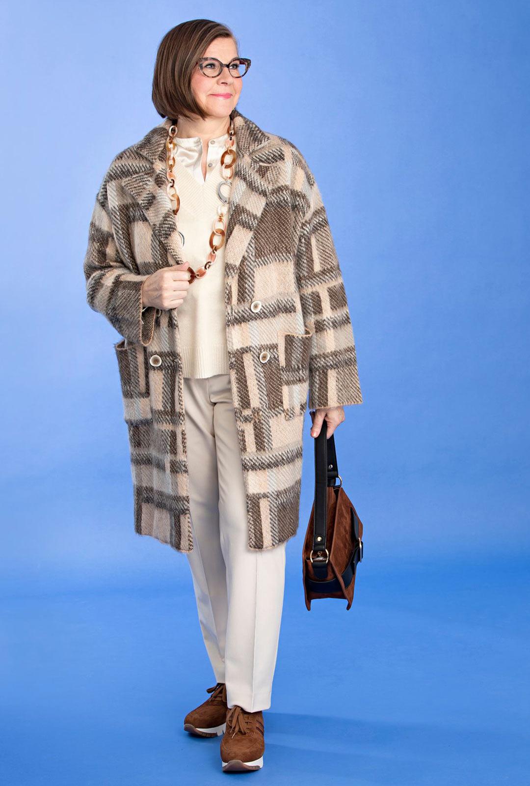 Suoraviivainen ruutukuosi antaa ryhtiä neuletakille. Valkoinen väri sopii myös talvipukeutumiseen.