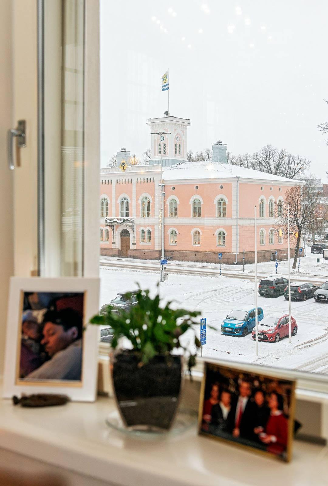 Olohuoneen ikkunasta näkyy Loviisan Raatihuoneen tori. Tämän keskemmällä Loviisaa ei voisi asua.