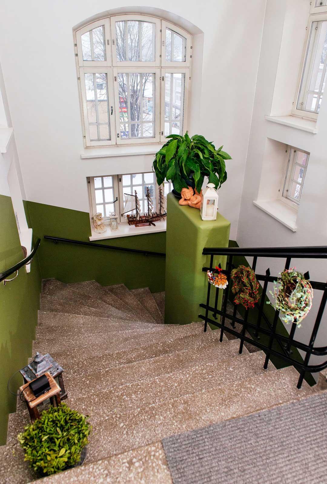 Ulko-ovesta tullaan ensin puoli kerrosta sisään ja sitten kävellään kolme ylös.