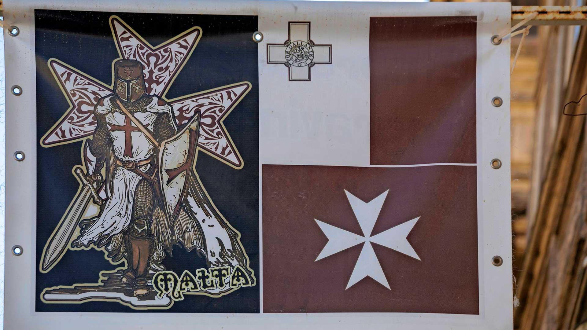 Maltan ristiritarien kahdeksankärkinen risti lienee saaren tyypillisin tuliainen.
