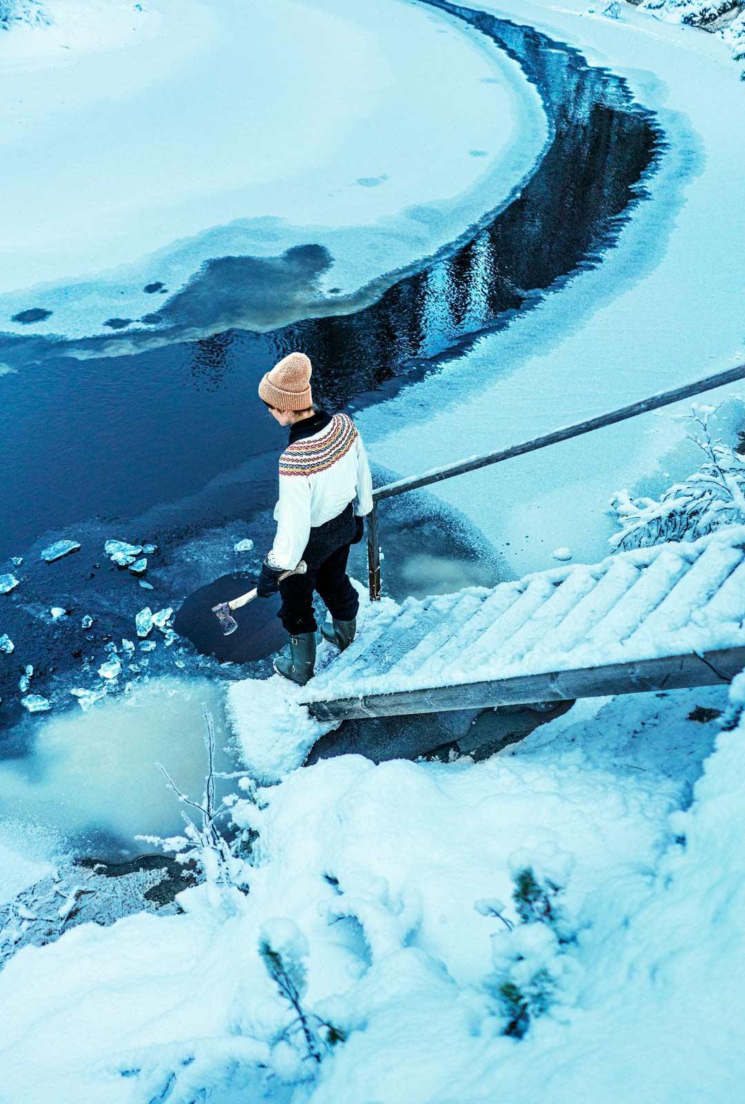 Erämökissä ei ole juoksevaa vettä, vaan vesi haetaan joesta.