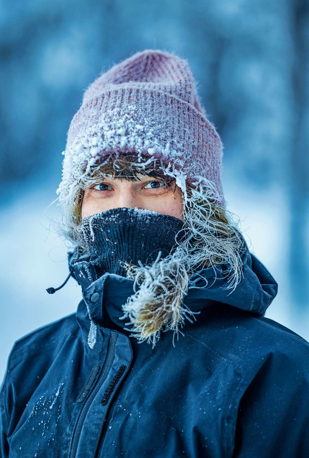 """Aino Huilaja muutti Lapista pois 19-vuotiaana. Nyt hän näkee tykkylumipuutkin uusin silmin. """"En ole koskaan ollut kesämökki-ihminen, tämä talvikämppäily sopii minulle paremmin, vaikka 33 asteen pakkasessa ei ole aina niin helppoa."""""""
