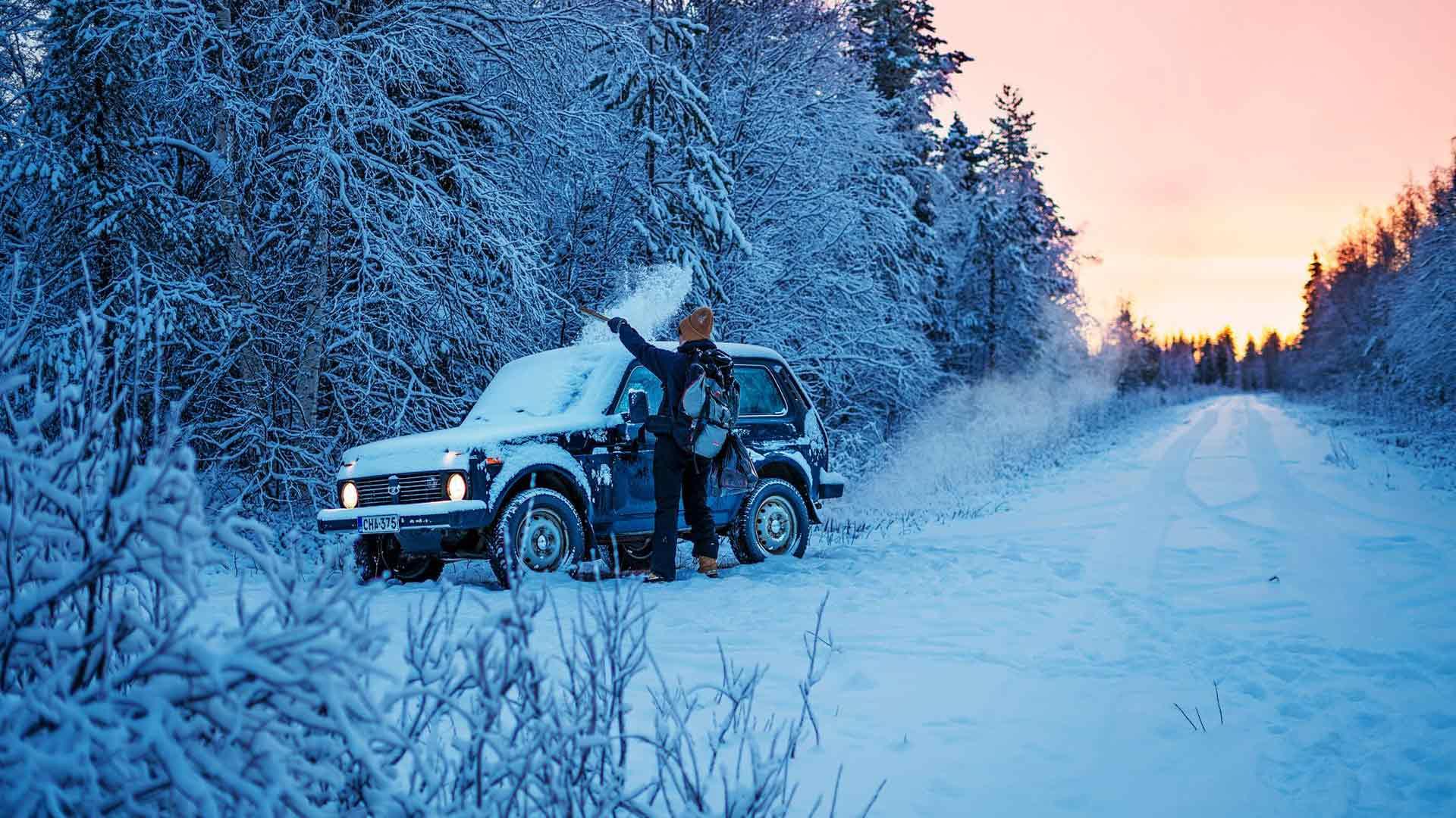 Aino Huilaja putsaa talviautoksi hankittua Lada Nivaa. Metsätieltä on noin parin kilometrin matka soita pitkin eräkämpälle.