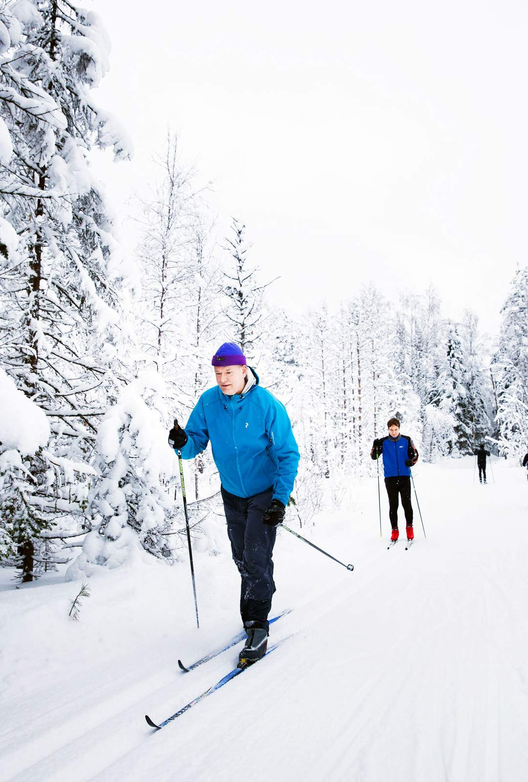 """""""Kukaan ei ole vielä hiihtänyt tähän suuntaan"""", aamuhiihdolle lähtenyt Juhani Rossinen sanoo perässään poika Elias Rossinen."""