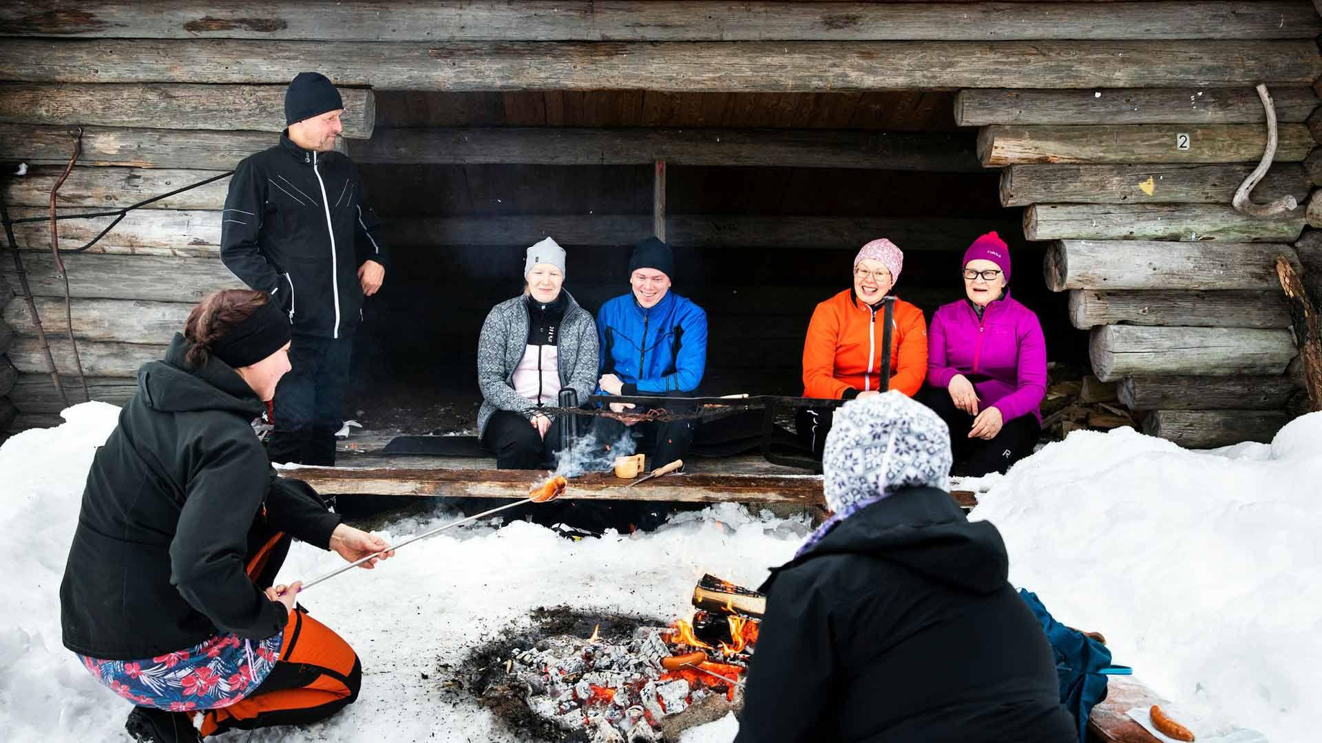 Liisa-Maria Pesonen, Henri Pajukoski, Riitta Papinsaari, Lissu Hannukainen, Noora Pääkkönen ja Miia Haverinen laavulla.