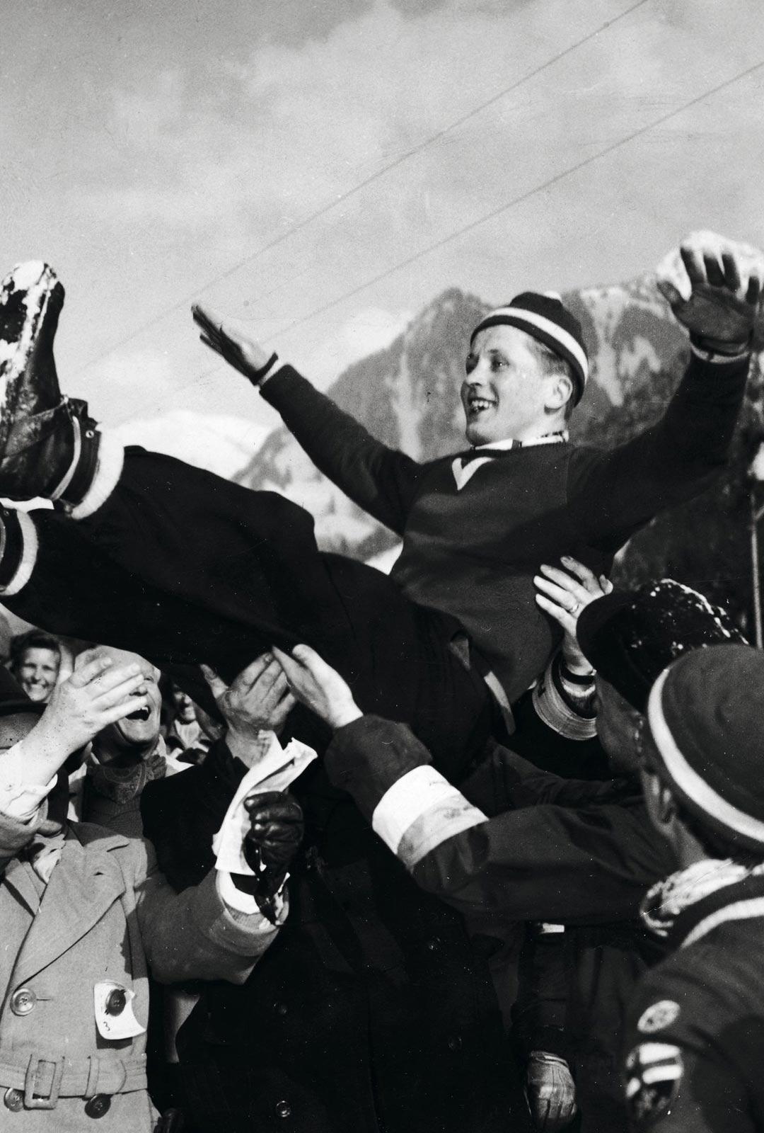 Suomen joukkueen muut jäsenet lennättivät Tauno Luiroa ilmaan ennätyshypyn kunniaksi.