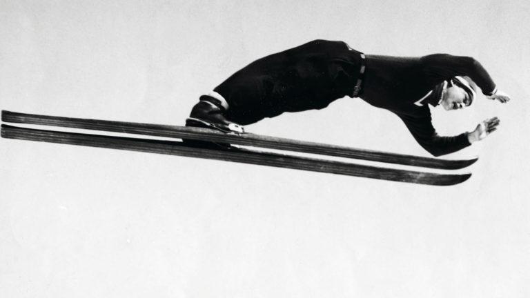 Tauno Luiro liiteli maailmanennätykseensä 1950-luvun alkuvuosien tyylillä kädet eteen ojennettuina.