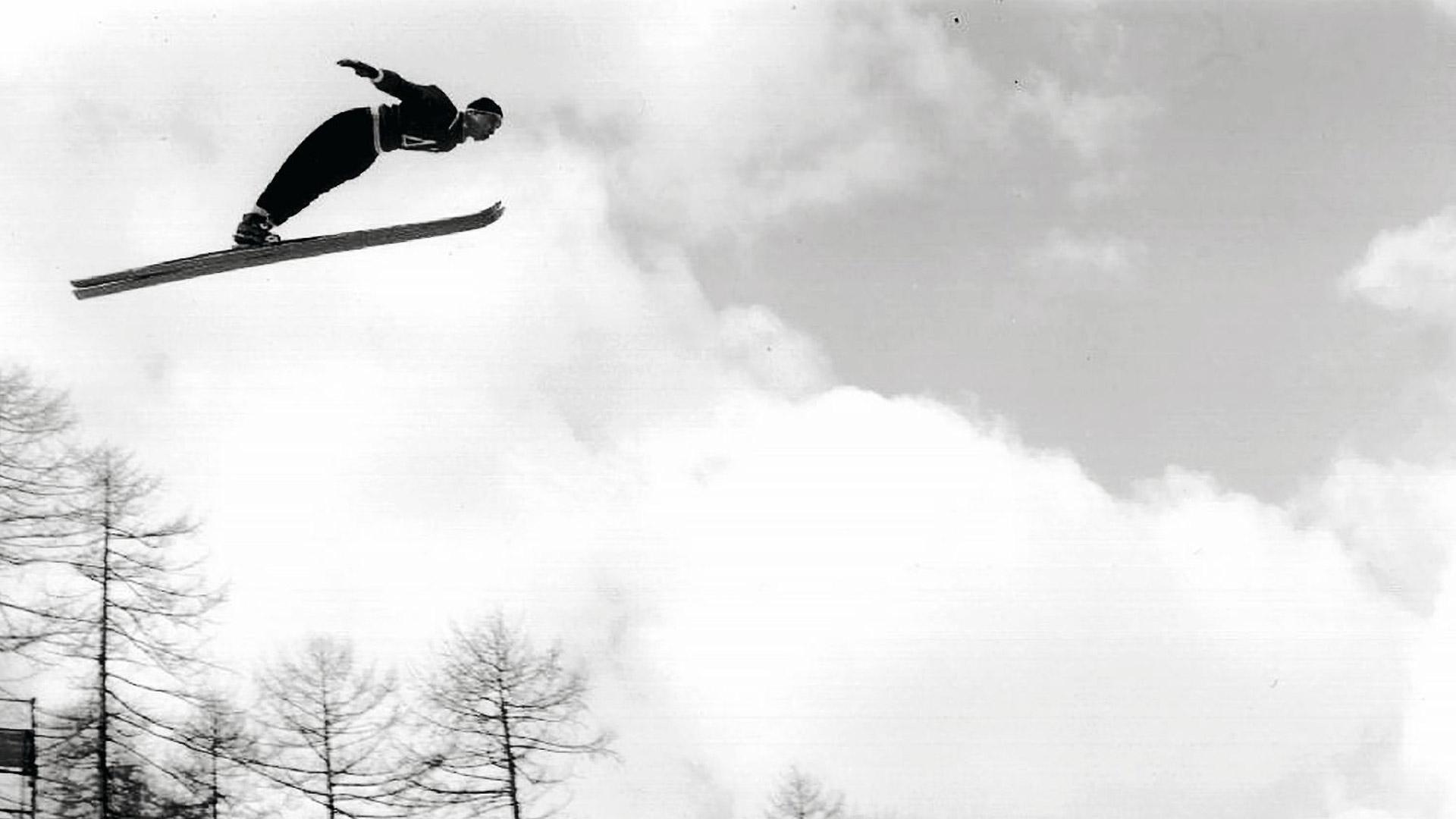 Antti Hyvärinen voitti ensimmäisenä ei-norjalaisena mäkihypyn olympiakultaa Cortinassa talvella 1956. Ensimmäisen hyppykierroksen jälkeen hän oli neljäs 81 metrin hypyllään, mutta teki toisella kierroksella pisimmän 84 metrin hypyn yhtä lähtölavaa alempaa.