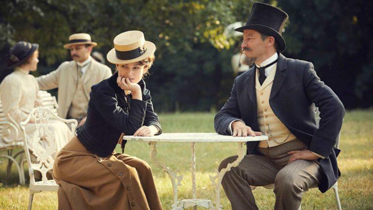Keira Knightley ja Dominic West näyttelevät avioparia Sidonie-Gabrielle Colettea ja Henry Gauthier-Villarsia elokuvassaColette.