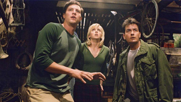 Scary Movie 3, kuvassa näyttelijät Simon Rex, Anna Faris ja Charlie Sheen.