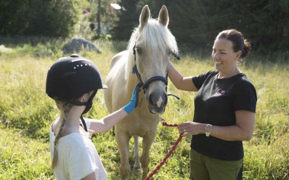 Mira Huhta vaihtoi vakituisen työnsä koulukuraattorina sosiaalipedagogista hevostoimintaa ja ammatinvalinnanohjausta tarjoavan yrityksensä pyörittämiseen.
