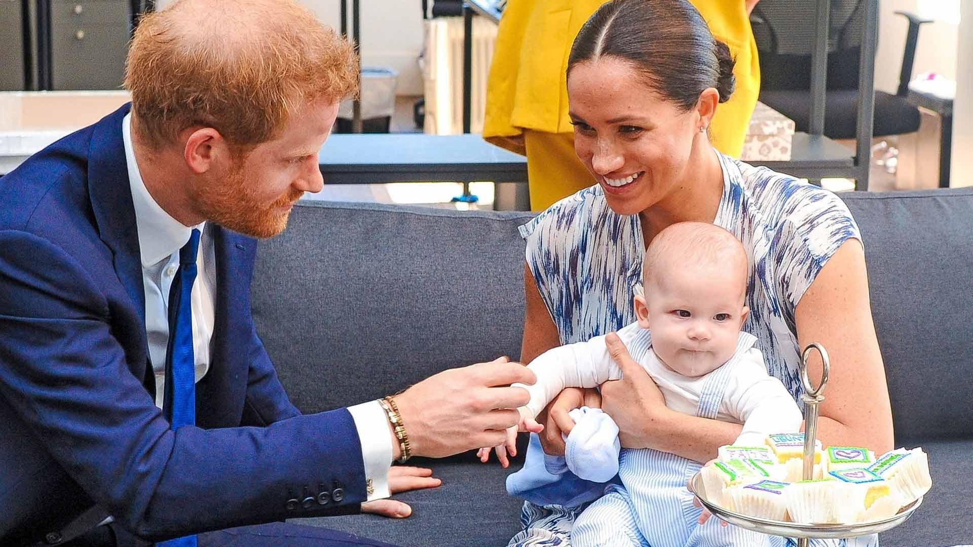 Tuleva pienokainen ei saa kuninkaallista titteliä isoveljensä Archien tapaan. Archie Harrison Mountbatten-Windsor syntyi 6. toukokuuta 2019.