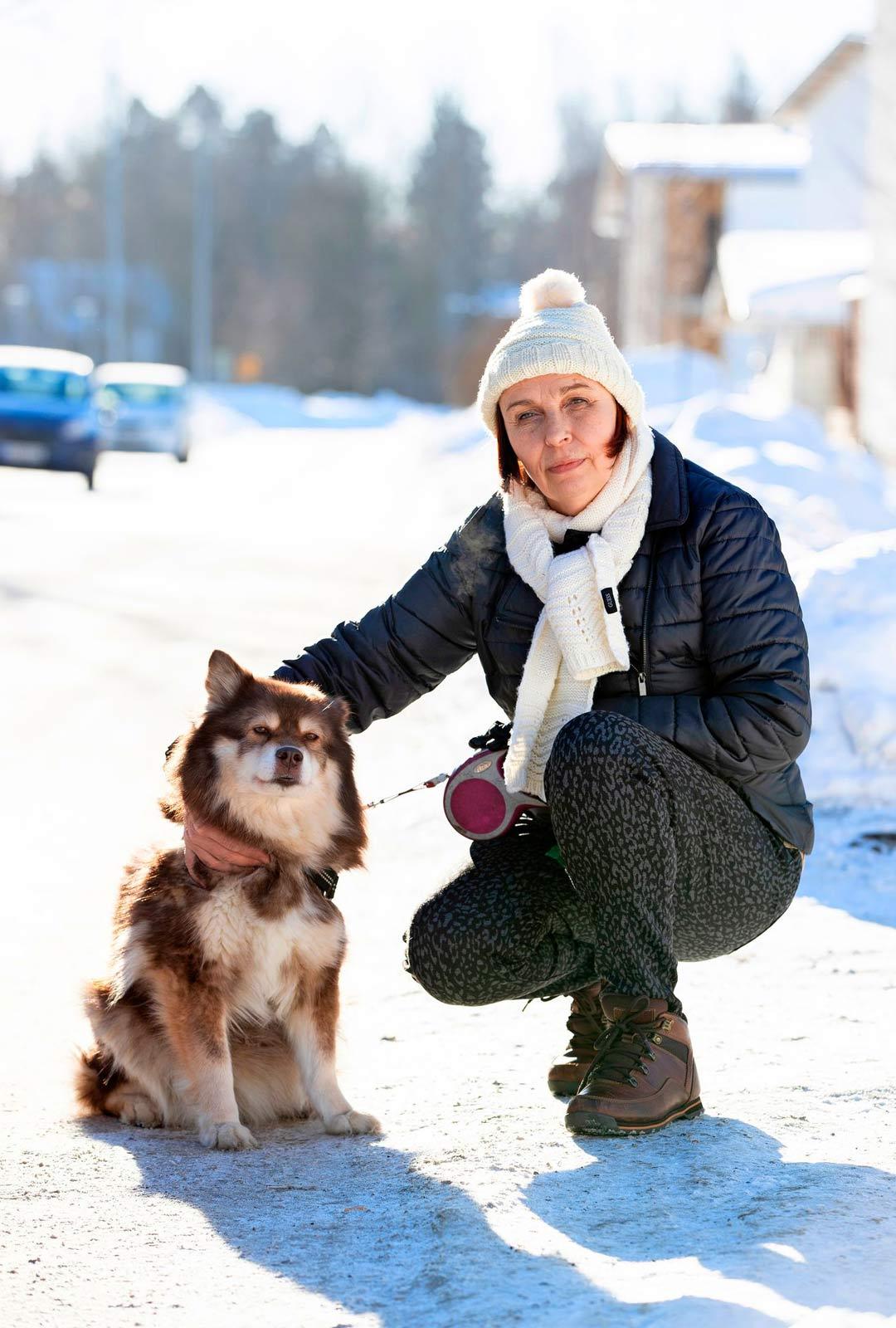Hannele Koskelainen järkyttyi opaskoirahoidokkinsa kohtelusta. Nyttemmin hänellä on oma koira lemmikkinä.