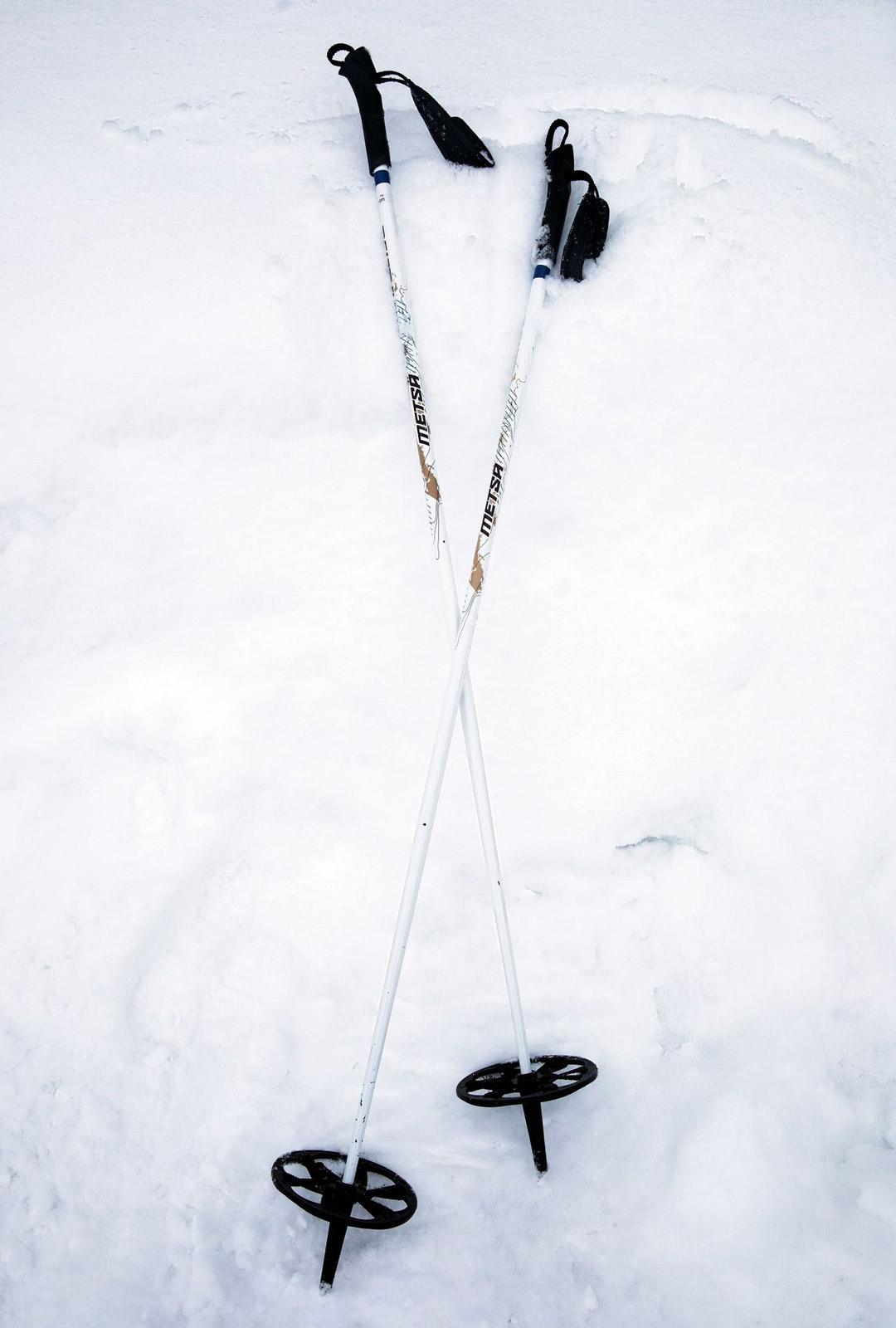 Lumikenkien lisäksi tarvitaan suurisompaiset sauvat. Kävelysauvat tai murtomaahiihtosauvat uppoavat liian syvälle.