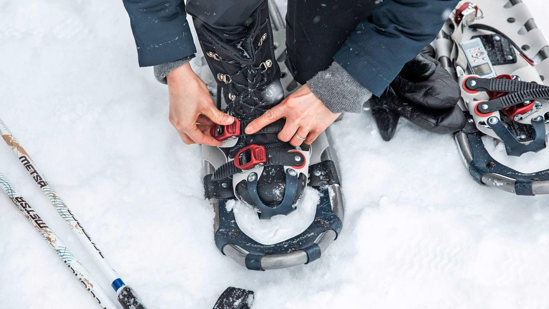Lumikengät kiristetään siteillä tiukasti, mutta niin, että veri kiertää jaloissa.