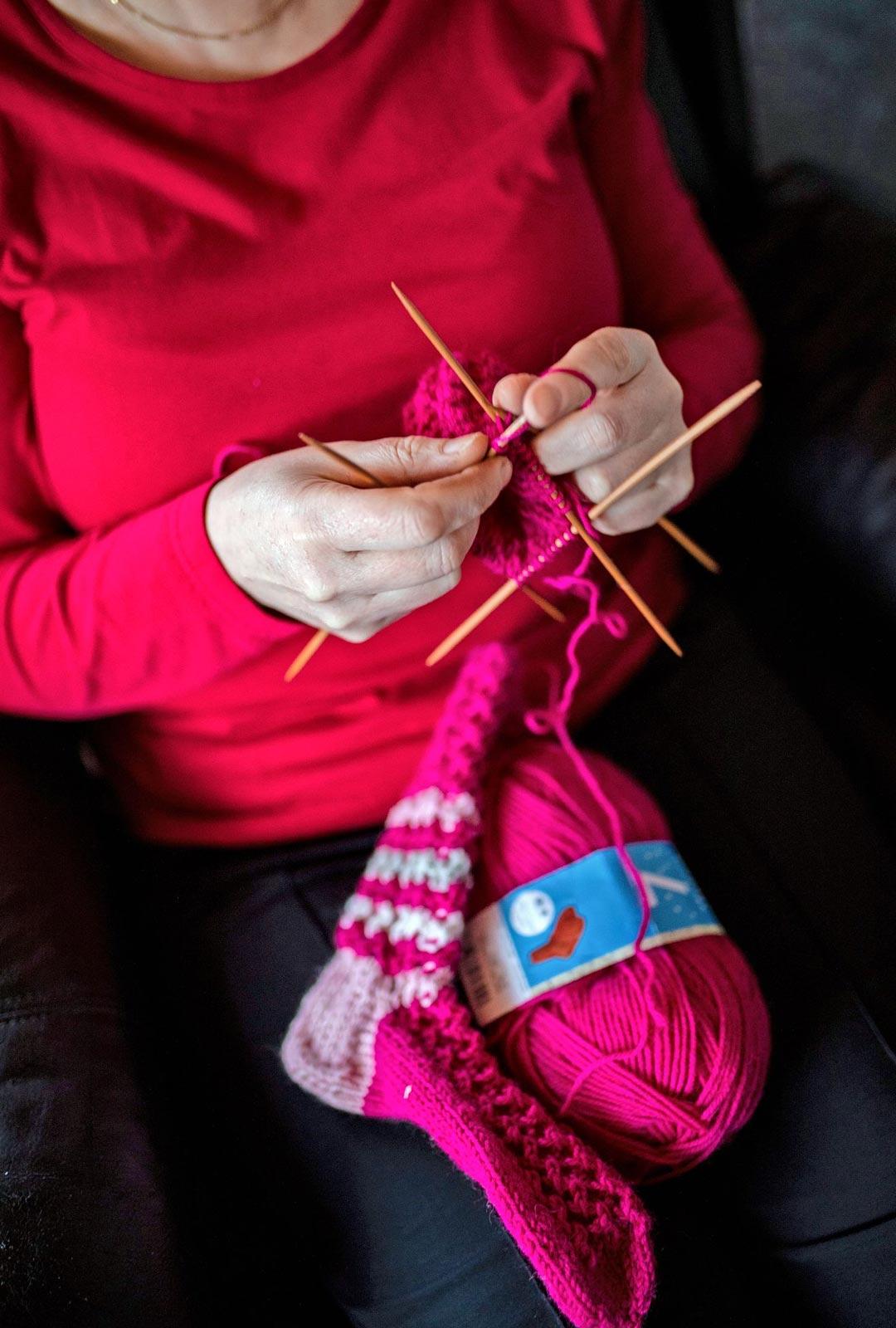 Vapaapäivinään Anitta lepää ja tekee käsitöitä, esimerkiksi kutoo kangaspuilla ja neuloo.