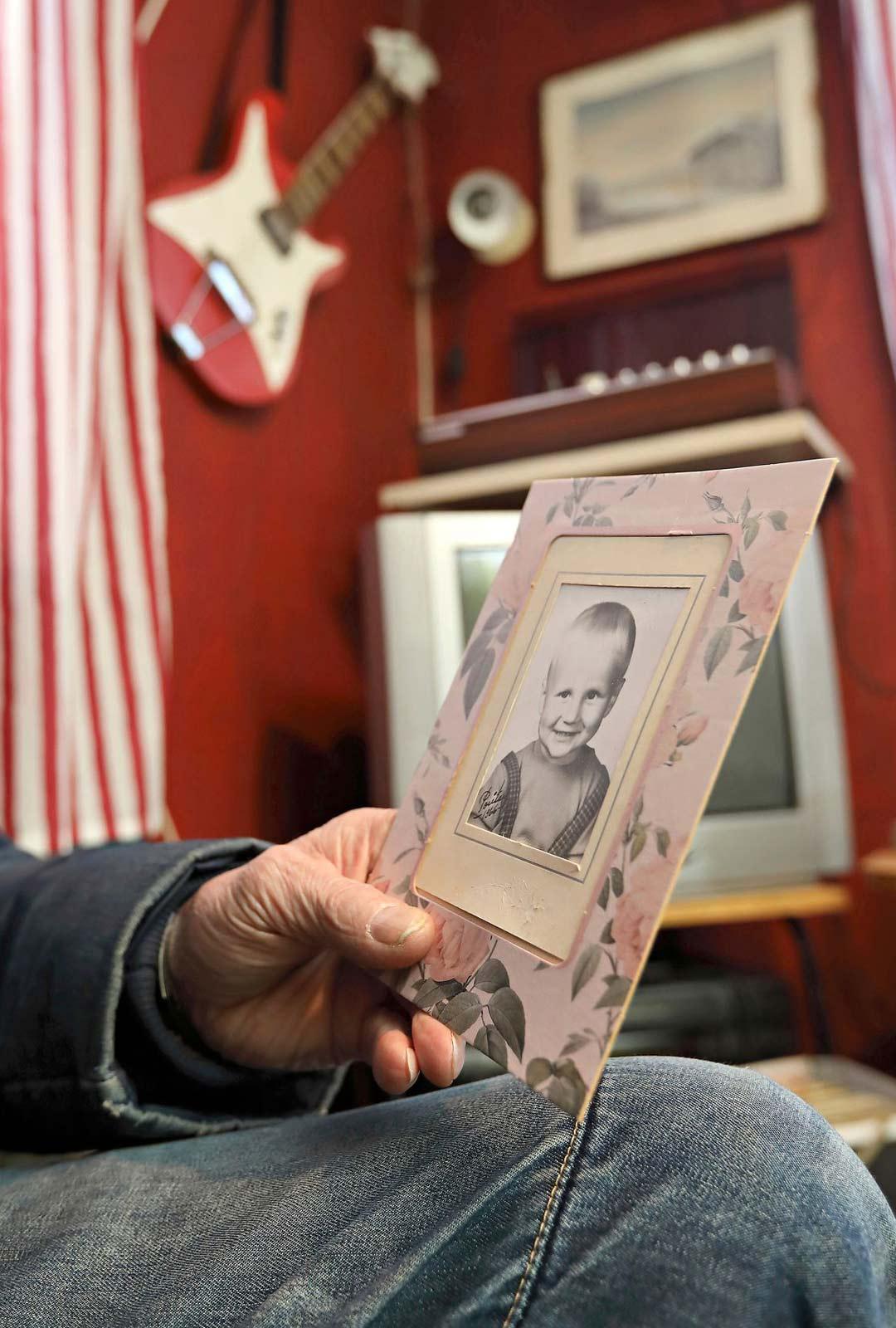 Kun Olli Lindholm oli pieni, Raimo piti hänestä usein huolta Ollin äidin ollessa töissä. Saatuaan omia lapsia Olli pyysi Raimoa Ella-tyttärensä kummiksi.