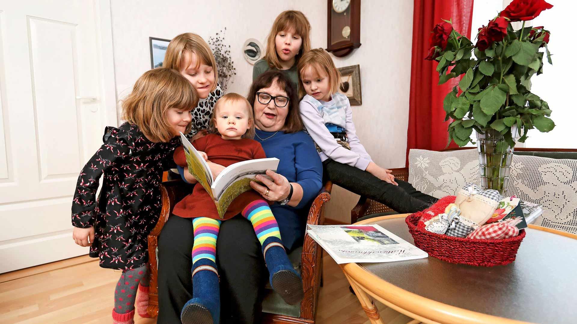 Sirpa Lehtinen on kolmen pojan äiti ja viiden tytön mummo. Lastenlapset kysyvät usein, millaista elämä oli, kun Sirpa oli lapsi. Siitä mummo aikoo kirjoittaa seuraavaksi.