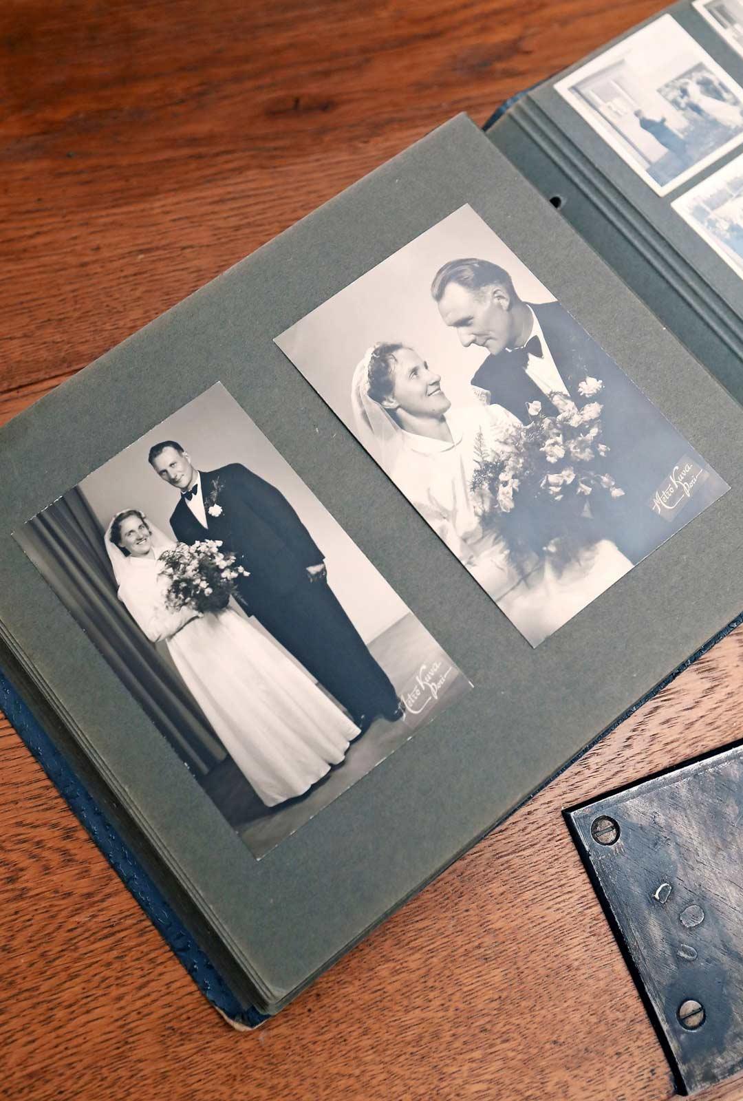 Kuvat isästä ja äidistä, Tyyne ja Arvo Heino, vihitty 1954.