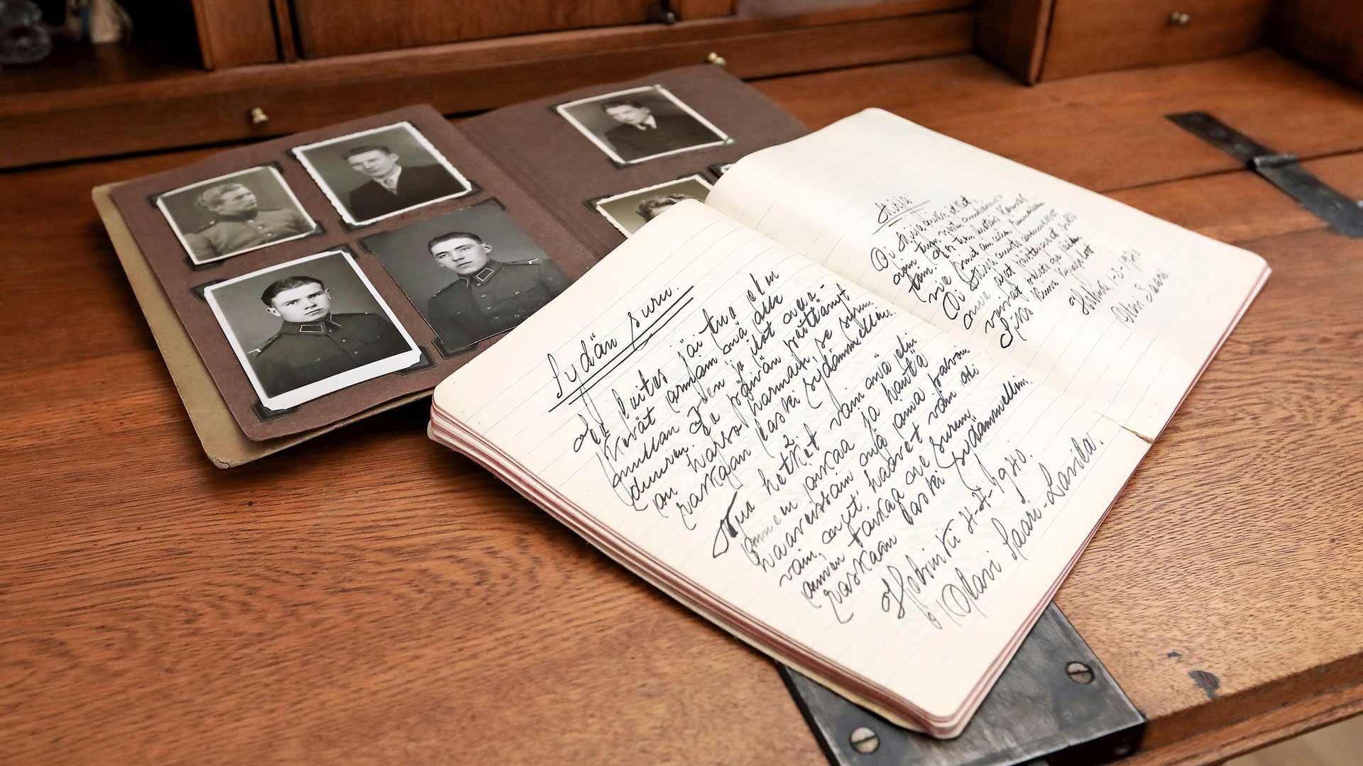Kirjoja varten Sirpa tutki vanhoja valokuvia, kirjeitä ja papereita.