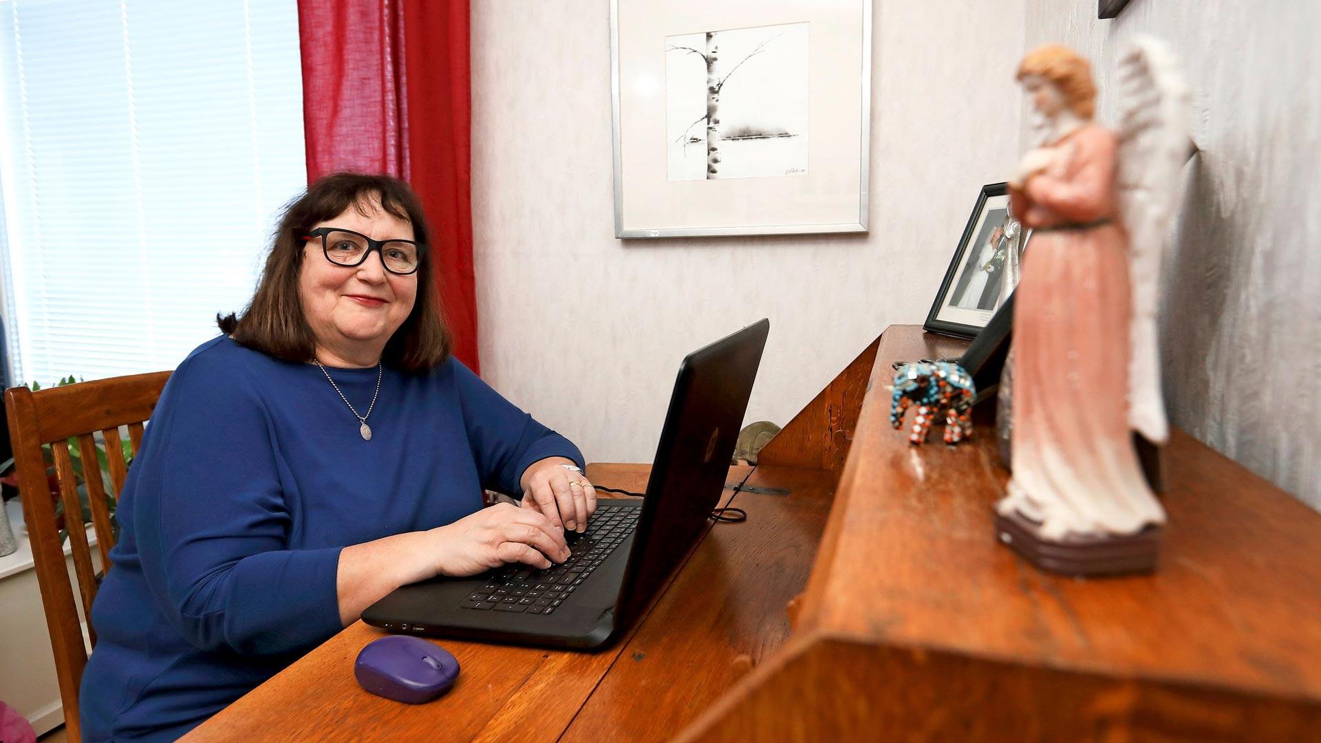 Sirpa Lehtinen kannustaa kirjoittamaan vanhempien tai isovanhempien vaiheita talteen.