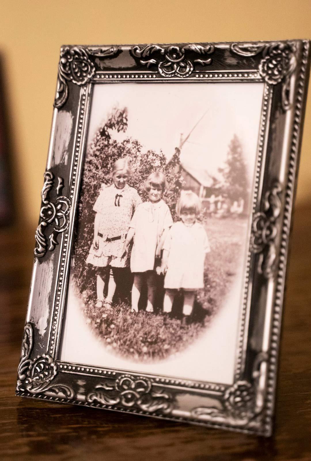 Vuonna 1929 otetussa kuvassa on Sarin isoäiti pikkusisarustensa kera.