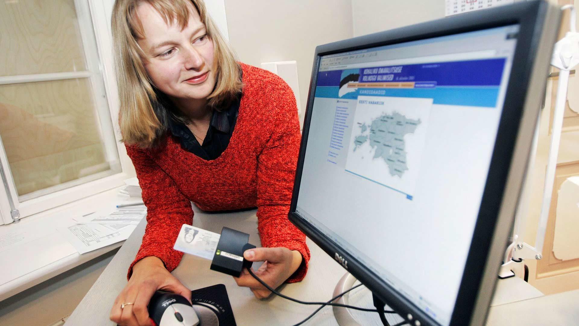 Etelänaapurissa sähköinen äänestys on toiminut jo vuosia. Viron vaalilautakunnan sihteeristön apulaispäällikkö Epp Maaten näyttää, miten sähköistä henkilökortinlukijaa käytetään äänestysohjelmaan tunnistautumisessa.