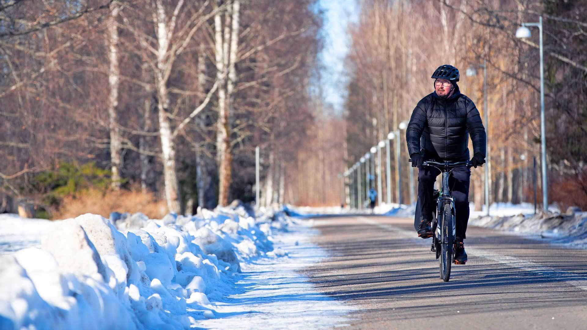 THL:n Mika Salminen pyöräilee