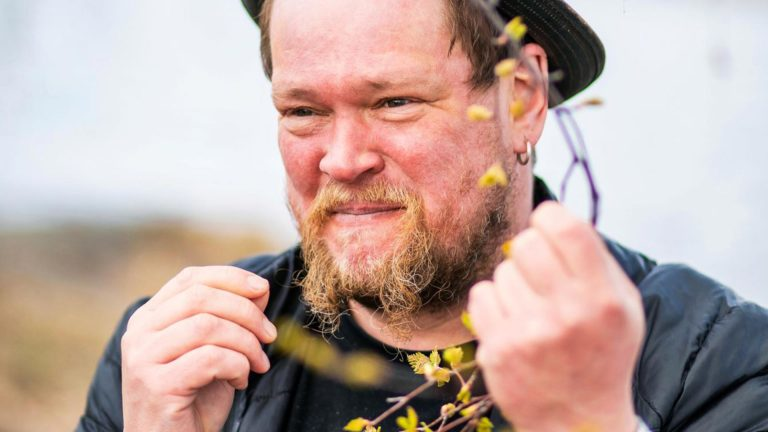 Ville Haapasalo kiertää Suomea myyden georgialaista hatsapuri-leipää.