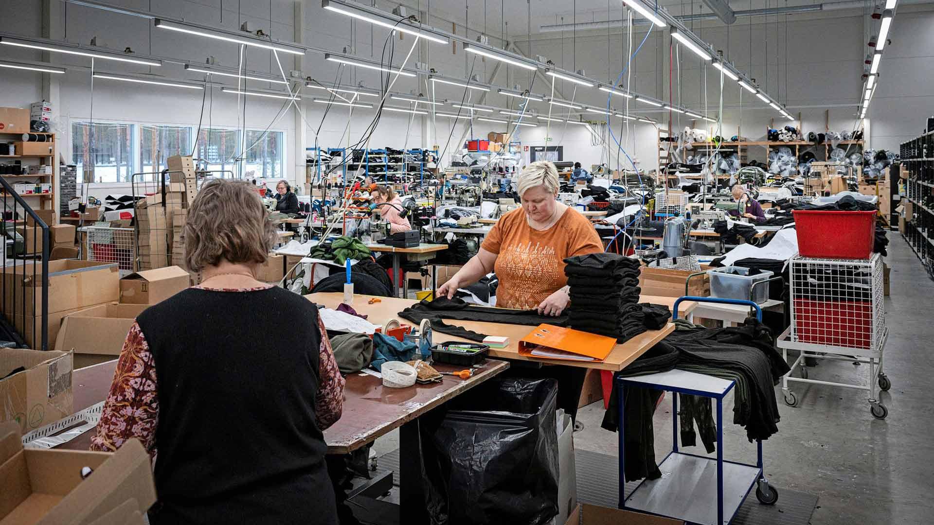 Svalan vaatetehtaassa työntekijöitä pyritään suojelemaan tartuntariskeiltä, jotta tuotanto voi jatkua.