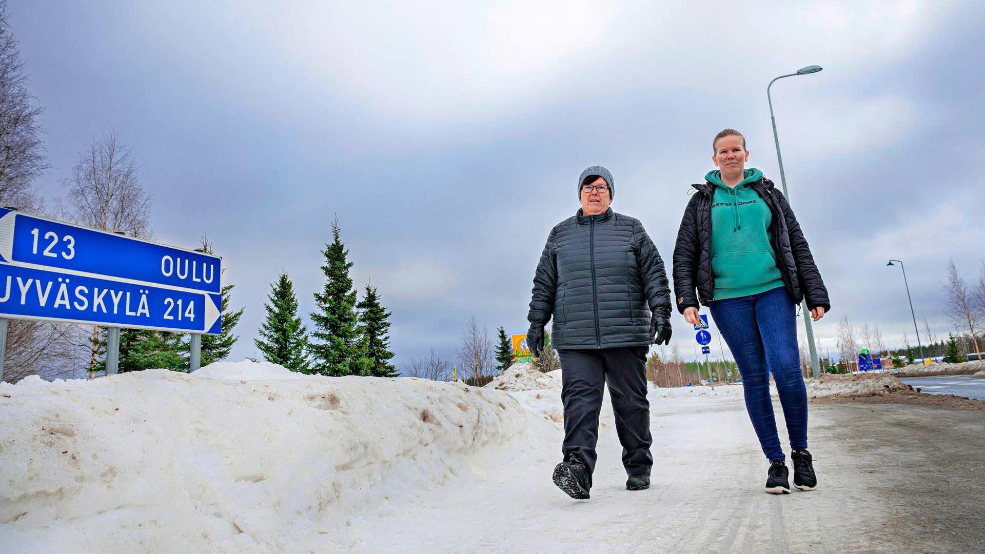 Eija Kaketti ja hänen tyttärensä Elsi Istukaissaari työskentelevät hoitoalalla, mutta eivät ole joutuneet vielä kertaakaan koronatestiin.