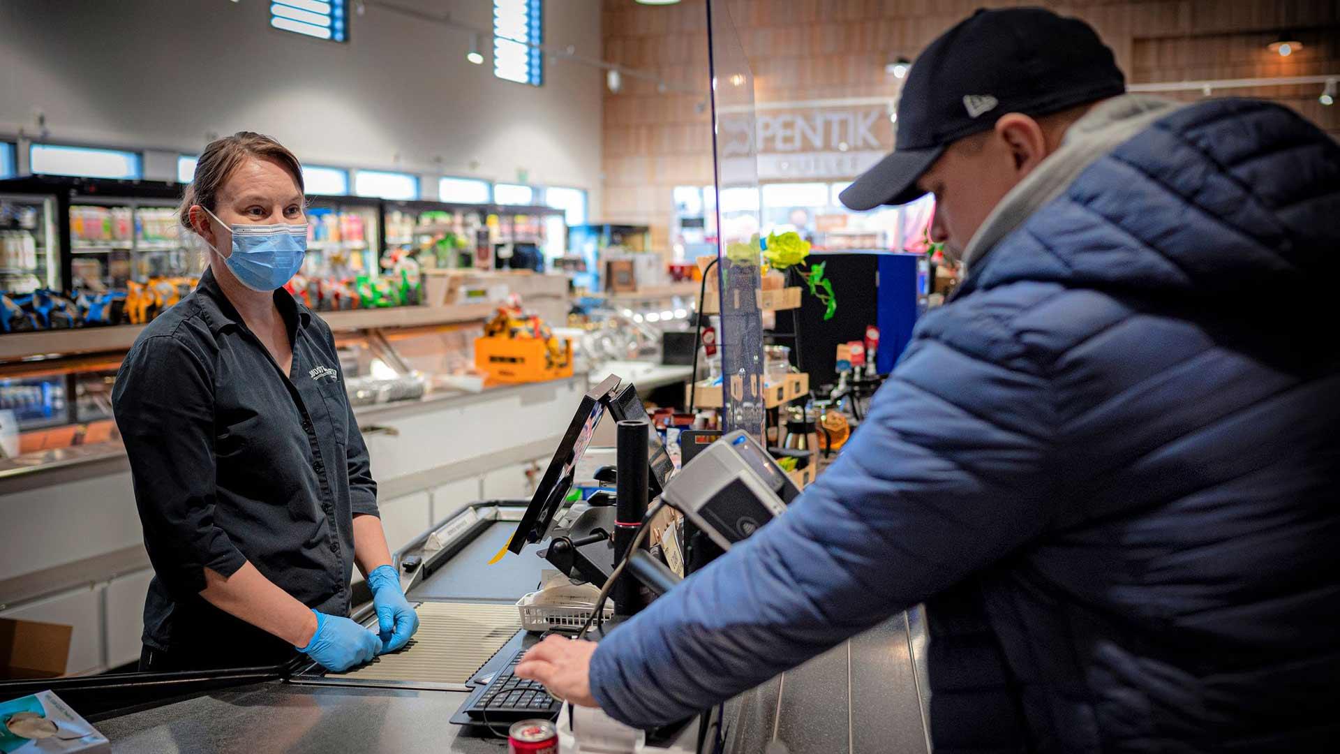 Niina Hyytinen palveli asiakkaita Juustoportin ravintolassa.