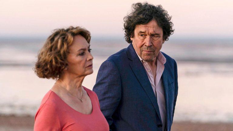 Brittisarjassa Äidin uusi mies Stephen Rean näyttelemä Mark ilmestyy Vivianin (Francesca Annis) elämään. Se ei ole Vivianin lapsille ihan helposti pureskeltava asia.