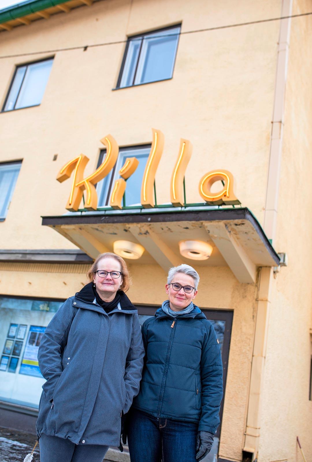 Tarja Piiroinen (vas.) pitää Savonlinnassa Killaa, joka meni nyt sulkuun. Siskon Sari Peltosen hoitamat kinot Joensuussa ja Kiteellä pysyvät edelleen auki.