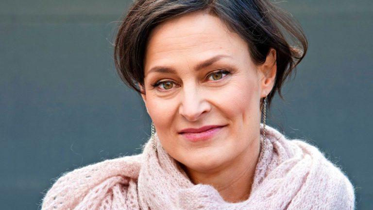 Näyttelijä ja Rosen-terapeutti Lotta Lehtikari, 46, näyttelee pääosassa Pala sydämestä -sarjassa, joka alkaa Ylellä maaliskuun lopulla.