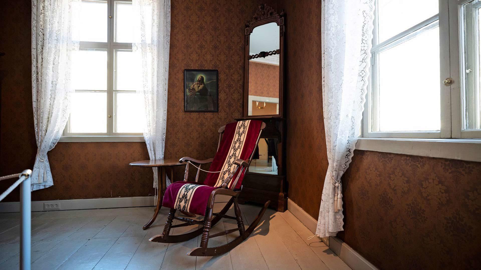 Minna Canthin keinutuoli oli hänen valtaistuimensa, jonka kanssa hän joskus tyttärensä mukaan kaatuikin. Talon sisustusta taas Juhani Aho kuvasi tyyliltään tavanomaiseksi porvariskodiksi.