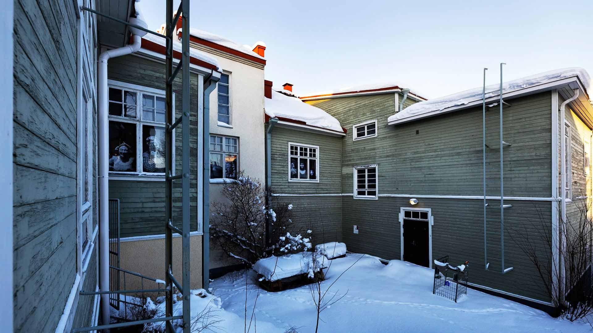Canth raahasi keinutuolinsa kesäisin kuistille, jossa hän ikävöi Jyväskylän kotinsa puutarhaa.
