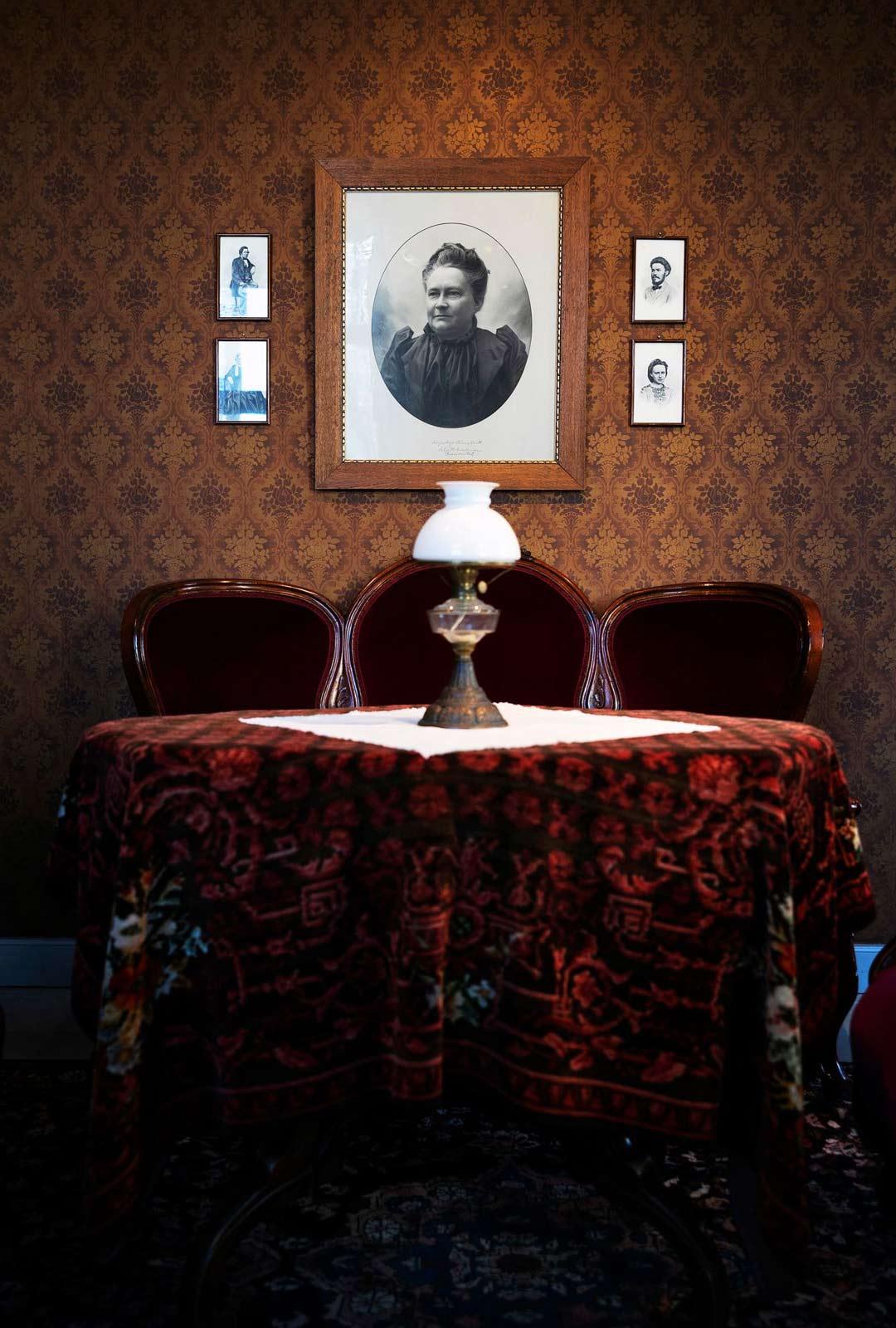 Minna Canthin salongin huonekalut löytyvät yhä Kuopion korttelimuseosta. Ovaalin muotoinen pöytä oli sekä salonkiemännän työpöytä että mieluinen keskipiste seurustelulle ja kortinpeluulle.