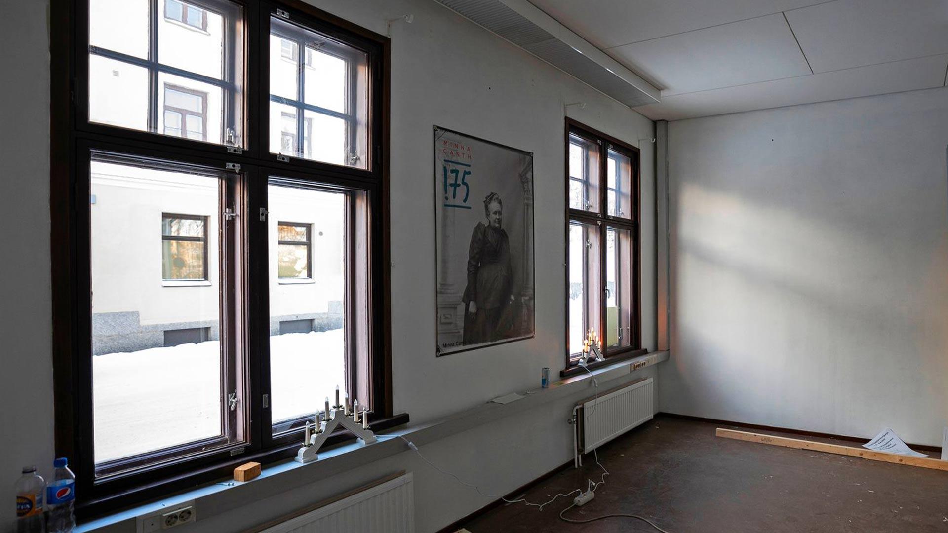 Canthin salongin ikkunasta tulvii valoa. Huone ja koko Kanttila on tällä hetkellä tyhjillään.