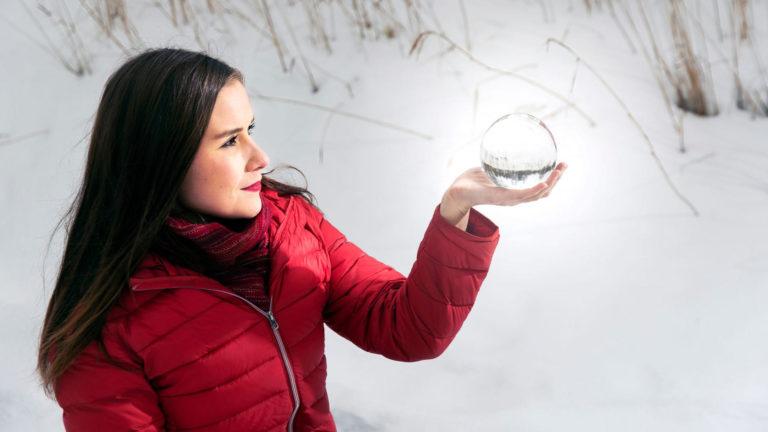 """Mikä on maapallon tulevaisuus? Sitä ei kristallipallo kerro, mutta erilaiset mallinnukset kyllä. """"Ilmastonmuutos on jo täällä"""", korostaa meteorologi Kerttu Kotakorpi."""