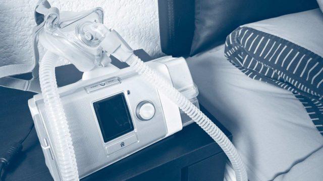 Kurjille oireille oli löytynyt syy: Liisalla oli keskivaikea uniapnea, jonka avuksi lääkäri määräsi CPAP-laitteen.