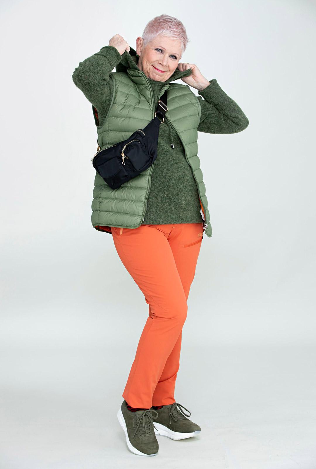 Toppaliivi lämmittää mukavasti pyöräillessä ja housuissa on hyvä jousto. Oranssi on tehokas huomioväri.