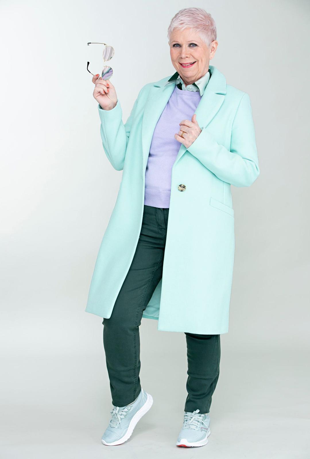 Samassa asussa voi leikitellä eri sävyisillä vihreillä. Viileä minttu ja metsänvihreä saa potkua jäisestä lilasta. Lyhythihainen neule takin alla on puettu paitapuseron päälle.